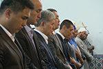 Атамбаев помолился в мечети и под дождем почтил память героев 7 апреля