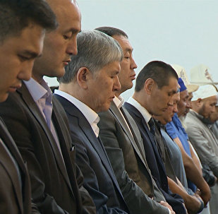 Алмазбек Атамбаев майрамдык намазга жыгылды