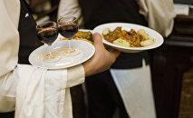 Официант разносит еду. Архивное фото