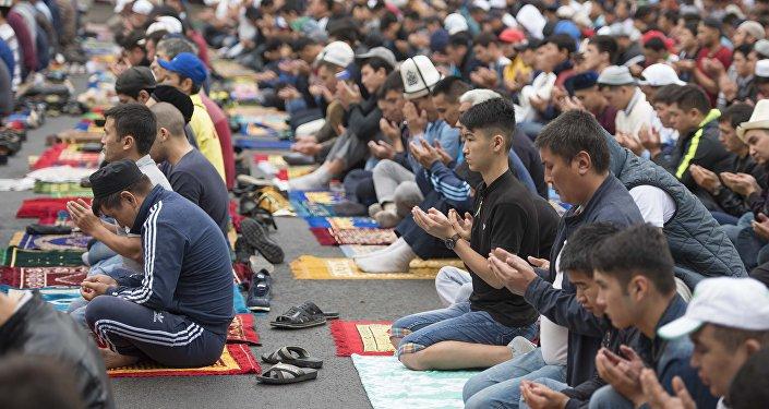 Мусульмане во время молитвы. Архивное фото