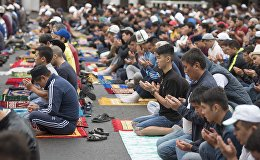 Верующие во время айт-намаза по случаю Орозо айта.