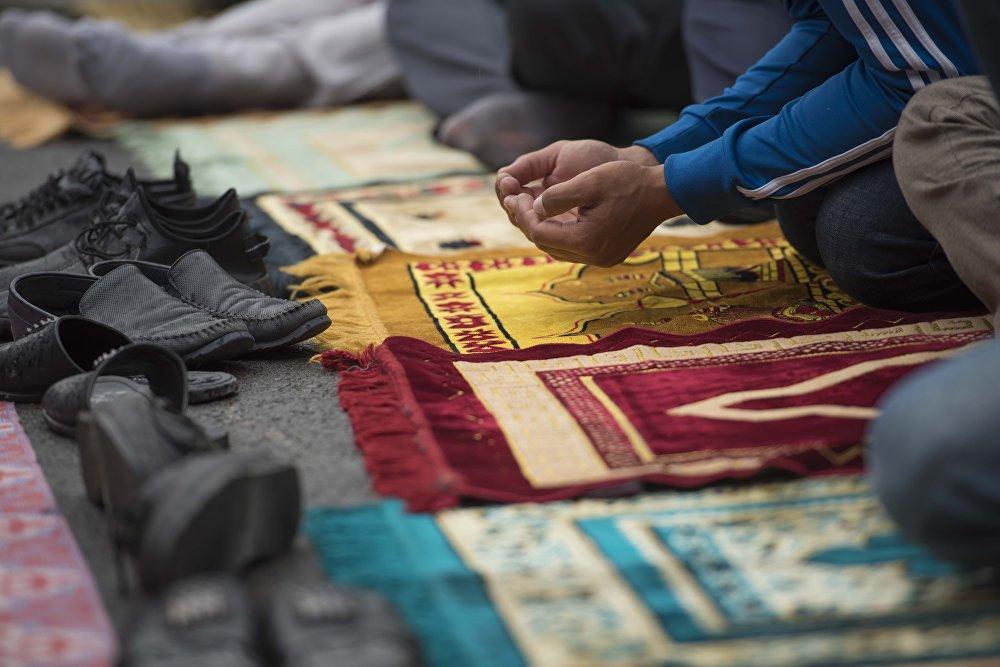 Айт-намаз по случаю Орозо айта в Бишкеке