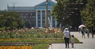 Горожане на аллее молодежи у здания мэрии Бишкека. Архивное фото