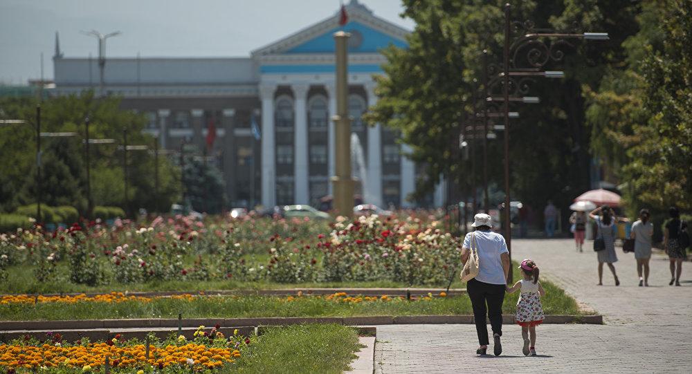 Женщина с дочерью идут по аллее молодежи в Бишкеке. Архивное фото