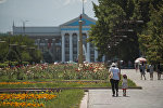 Горожане на аллее молодежи у здания мэрии Бишкека
