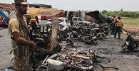 Сотрудники правоохранительных органов на месте взрыва бензовоза в Пкистанском городе Бахавалпур