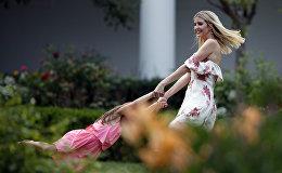 АКШ президентинин кызы Иванка Трамп Вашингтондогу Ак үйдүн көк чөптүү аянтында кызы менен ойноп жатат