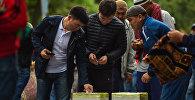 Мусульмане оставляют фитир-садака на старой площади Бишкека. Архивное фото