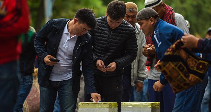 Мусульмане оставляют фитир-садака после совершения праздничного айт-намаза. Архивное фото