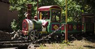 Дети в парке Панфилова на аттракционе Поезд. Архивное фото