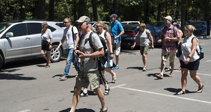 Иностранцы на одной из улиц Бишкека. Архивное фото