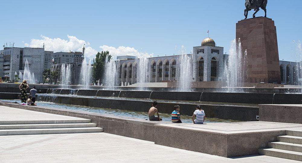 Дети купаются в фонтане на площади Ала-Тоо в Бишкеке. Архивное фото