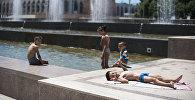 Дети купаются в фонтане на площади Ала-Тоо в центре Бишкека. Архивное фото