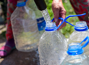 Жители новостройки набирают питьевую воду. Архивное фото