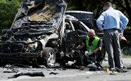 Сотрудники правоохранительных органов на месте взрыва автомобиля в Киеве