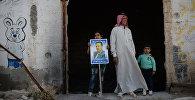 Жители населенного пункта Каукаб в Сирии во время раздачи российской гуманитарной помощи.