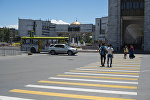 Бишкектин Ала-Тоо аянтында бараткан жүргүнчүлөр