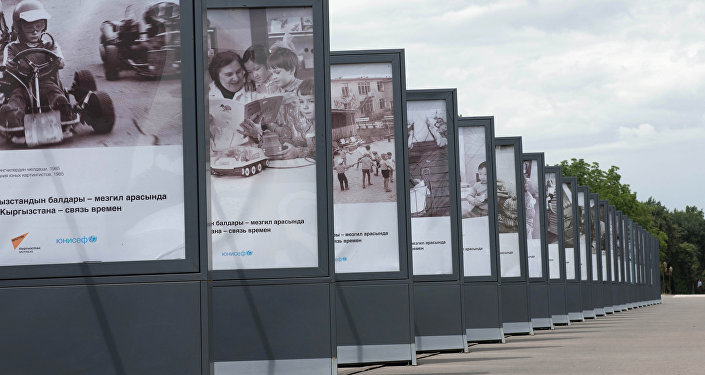 В Бишкеке на площади Ала-Тоо открылась фотовыставка Дети Кыргызстана — связь времен