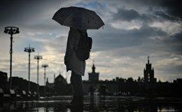 Девушка на одной из улиц Москвы во время дождя