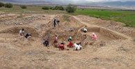 Археологические раскопки ханского замка Кок-Таш в селе Кум-Добо Кочкорского района