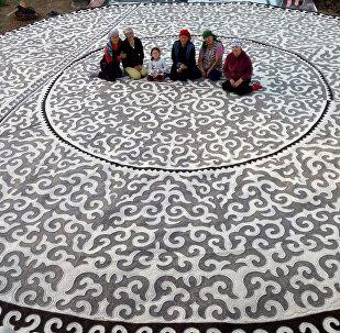 Шырдак диаметром 10 метров, изготовленный мастерами общественного объединения Чебер колдор