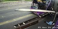 Мужчину сбил автобус, а он встал и пошел в паб — видео из Британии