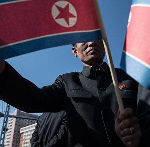 Жители города с флагами КНДР. Архивное фото