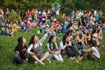 Гости международного фестиваля классической музыки под открытым небом TENGRI music 2017 в парке Победы имени Д. Асанова в Бишкеке. Архивное фото