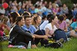 Паркта эс алган кыргызстандык жарандар. Архивдик сүрөт