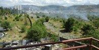 На юге Бишкека в районе парка Асанбай горит сухотравье