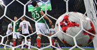 Мяч в воротах сборной Мексики во время матча 1/2 финала Кубка конфедераций-2017 по футболу между сборными Германии и Мексики. Третий слева - автор гола Тимо Вернер (Германия).
