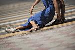 Девушка пострадавшая в ДТП на дороге у перекрестка в Бишкеке. Архивное фото