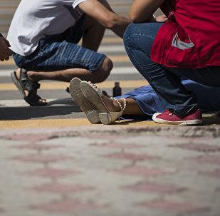 Помощь девушке, пострадавшей в ДТП на дороге у перекрестка. Архивное фото