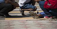 Оказание помощи девушке, пострадавшей в ДТП. Иллюстративное фото