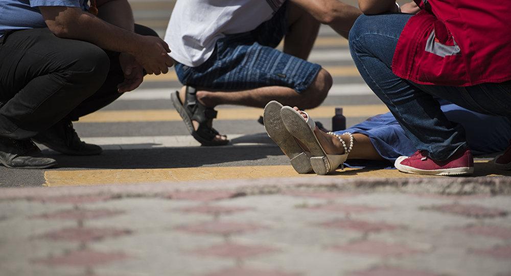 Помощь девушке, пострадавшей в ДТП. Иллюстративное фото