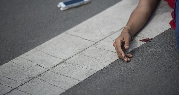Девушка с телефоном, пострадавшая в ДТП на дороге у перекрестка. Архивное фото
