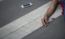 Девушка лежит на дороге. Иллюстративное фото
