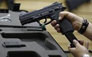 Девушка держит пистолет. Архивное фото
