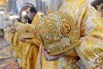 Священнослужители держат в руках головные уборы. Архивное фото