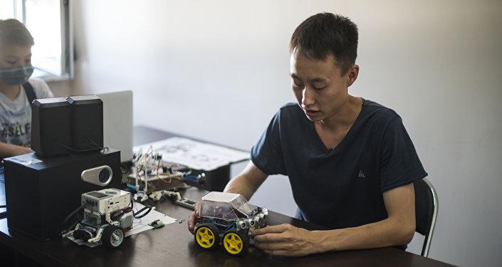 Кыргызстанский инженер микроэлектроники Ислам Ишенкулов в своей мастерской