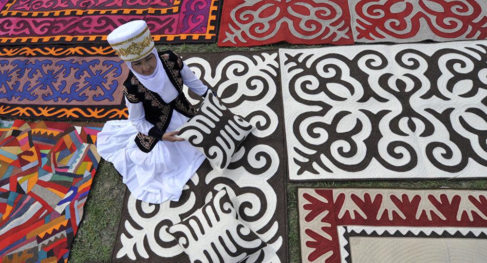 Женщина в национальной одежде на шырдаке. Архивное фото