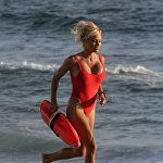 Спасатели Малибу в свое время были самым популярным сериалом на американском телевидении. Роль роскошной блондинки в красном купальнике сделала Памелу Андерсон одним из главных секс-символов 1990-х годов.