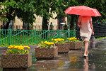 Женщина идет по улице во время дождя. Архивное фото