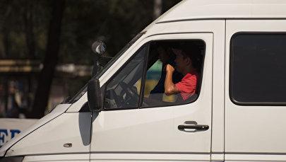 Водитель маршрутного такси в Бишкеке. Архинвое фото