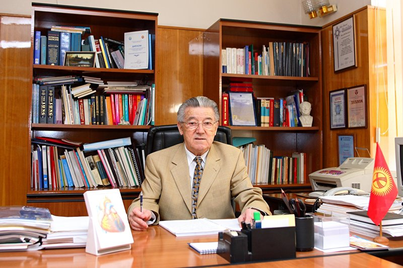 Доктор медицинских наук, профессор, врач-терапевт Мирсаид Миррахимов в рабочем кабинете