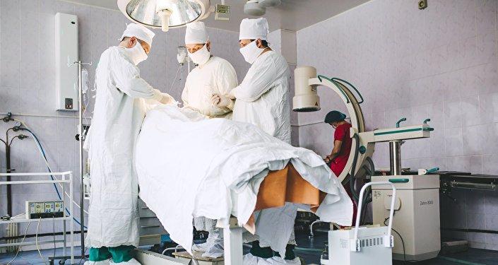 Врачи во время операции. Архивное фото