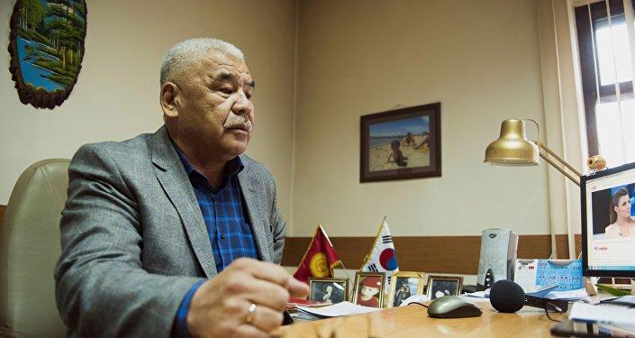 Предприниматель Жумадыл Урманбетов, продающий баллоны с кислородом