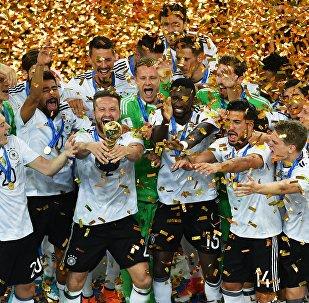 Игроки сборной Германии во время церемонии награждения после окончания финального матча Кубка конфедераций-2017 по футболу между сборными Чили и Германии.
