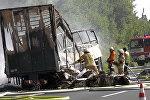 Пожарные на месте после столкновения автобуса на автомагистрали недалеко от Мюнхберга