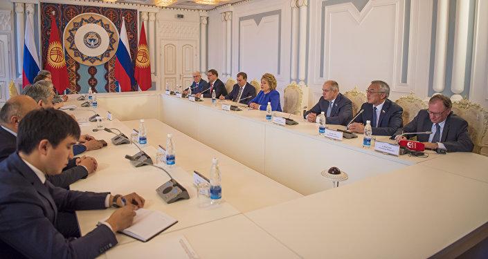 Президент Алмазбек Атамбаев в понедельник принял председателя Совета Федерации Федерального Собрания России Валентину Матвиенко